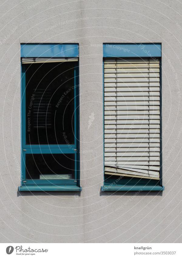 Zwei schmale Fenster mit blauen Rahmen, eines mit heruntergelassener Jalousie, etwas schief Sichtschutz schräg Fensterrahmen 2 Muster Außenaufnahme geschlossen