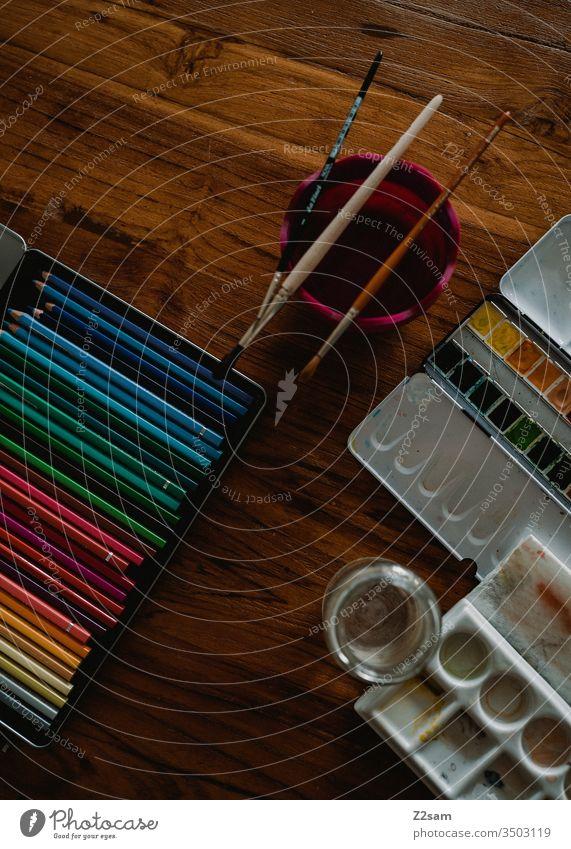 Malutensilien malen zeichen stifte aquarell kunst künstler holztisch wasserfarben werkzeug kreativ kreativität ursprünglich analog design farbpalette