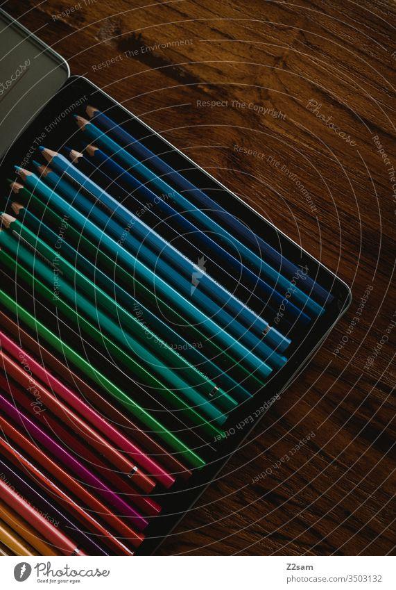 Buntstifte einer Künstlerin buntstifte kunst künstlerbedarf holztisch malen farben farbig zeichnen Kreativität Farbfoto Freizeit & Hobby Schreibwaren Farbstift