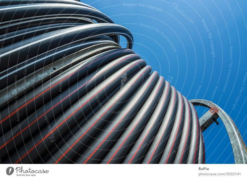 Kabeltrommel auf einer Baustelle. Wasser Wasserleitung water aqua Schlauch hose valve bunt Kunstoff Gummi verstärkt Technik Prozesswasser Fabrik Firma company