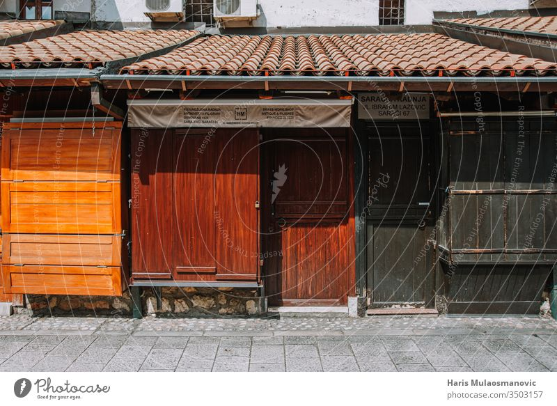 Leere Straße in der Altstadt, geschlossene Türen von Kleinunternehmern wegen Coronavirus-Beschränkung keine Menschen Verlassen Architektur Asien blau Gebäude