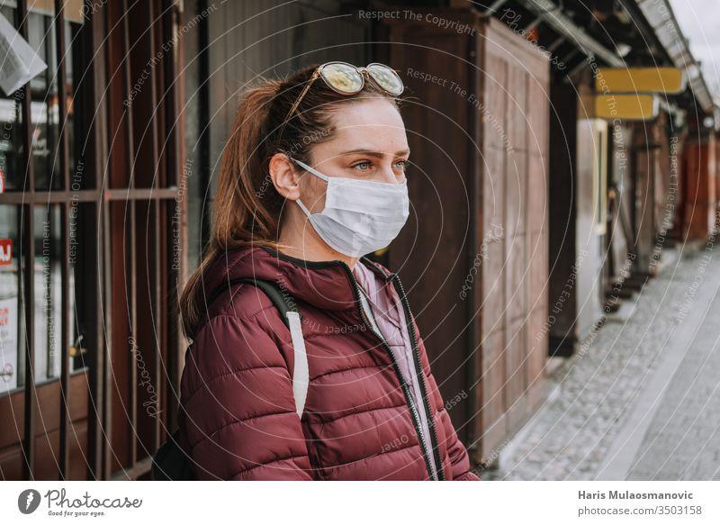 Geschäftsinhaberin vor ihrem wegen Coronavirs covid-19 Beschränkung geschlossenen Laden Verlassen Architektur Asien blau Gebäude Busbahnhof Business carsija