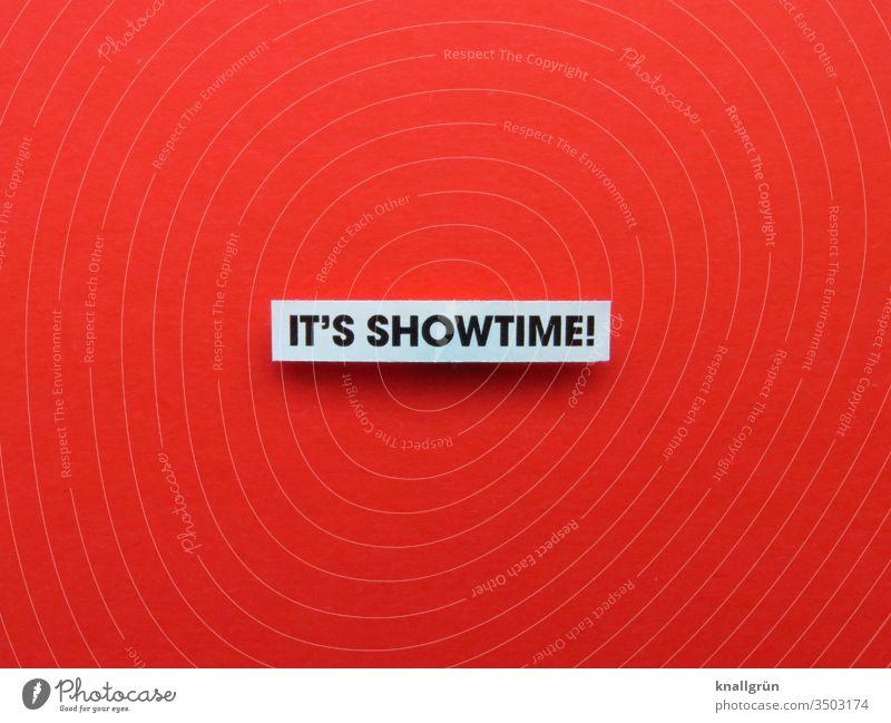 It's Showtime! Auftritt Entertainment Gefühle Buchstaben Wort Satz Typographie Text Letter Lateinisches Alphabet Sprache Schriftzeichen Kommunikation
