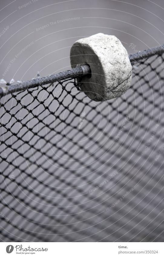 Seemann's Deko Zaun Netz Netzwerk Schlaufe Metall Kunststoff alt einfach kaputt oben rund grau Ordnung Rätsel Schutz Zusammenhalt maritim Grenze Schwarzweißfoto