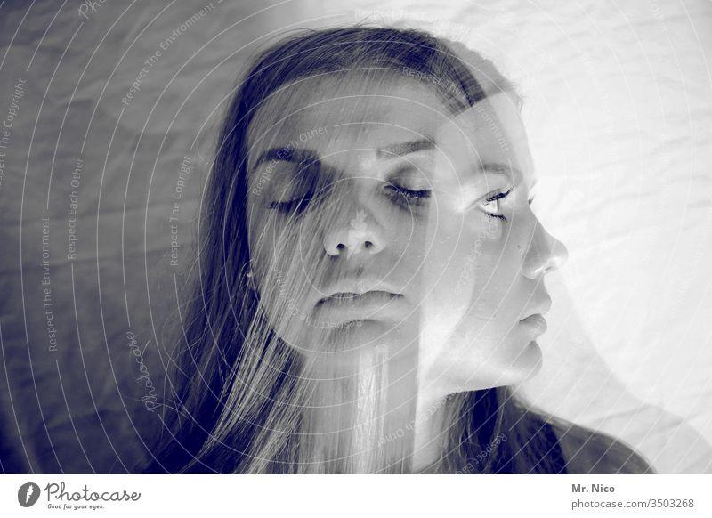 ein und dieselbe geschlossene Augen Doppelbelichtung feminin Porträt Experiment abstrakt Wegsehen außergewöhnlich skurril Wahnvorstellung Illusion Schizophrenie