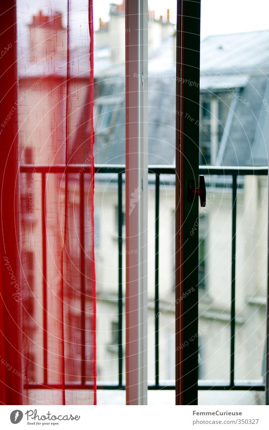 Leicht geöffnet. Stadt Hauptstadt Haus Fassade Balkon Terrasse Tür Dach Dachrinne Schornstein Paris Montmartre Frankreich Vorhang rot Balkontür Veranda Gitter
