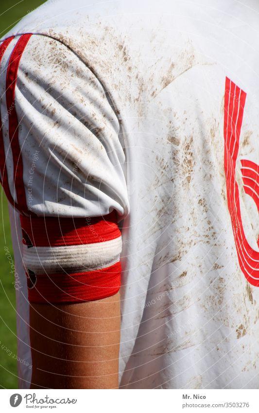 Capitano Fußball Sport Ballsport Fußballer Trikot weiß rot trikotnummer Ziffern & Zahlen Sport-Training Freizeit & Hobby dreckig Fußballplatz Sportler