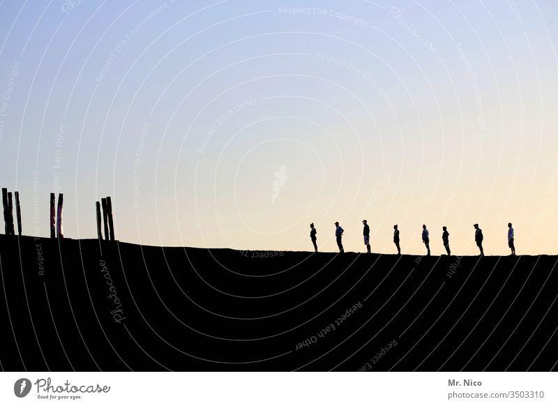 8 Personen , Seitenansicht Silhouette Sonnenuntergang Profil Gegenlicht Schatten Himmel Licht Kontrast Acht Dämmerung Abend stehen warten ruhig Zusammensein