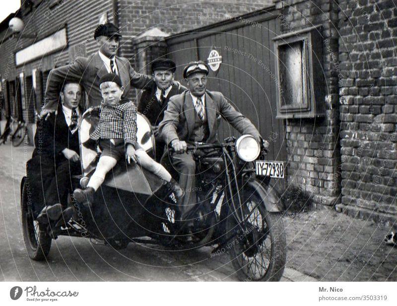 Motorrad Gang analog Straße Technik & Technologie alt Verkehr Oldtimer Motorradfahrer Beiwagen fahren Geschwindigkeit Freiheit Coolness Rocker Freizeit & Hobby