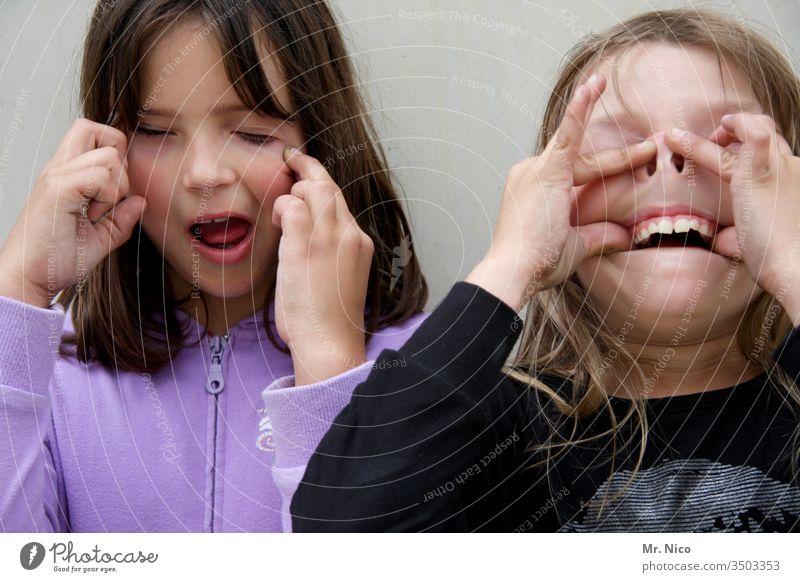 Grimassen schneiden frech lustig Fröhlichkeit Schnappschuss Fratze Finger Kindheit Spaß Gesicht Porträt Gesichtsausdruck verrückt Mädchen lässig Zähne
