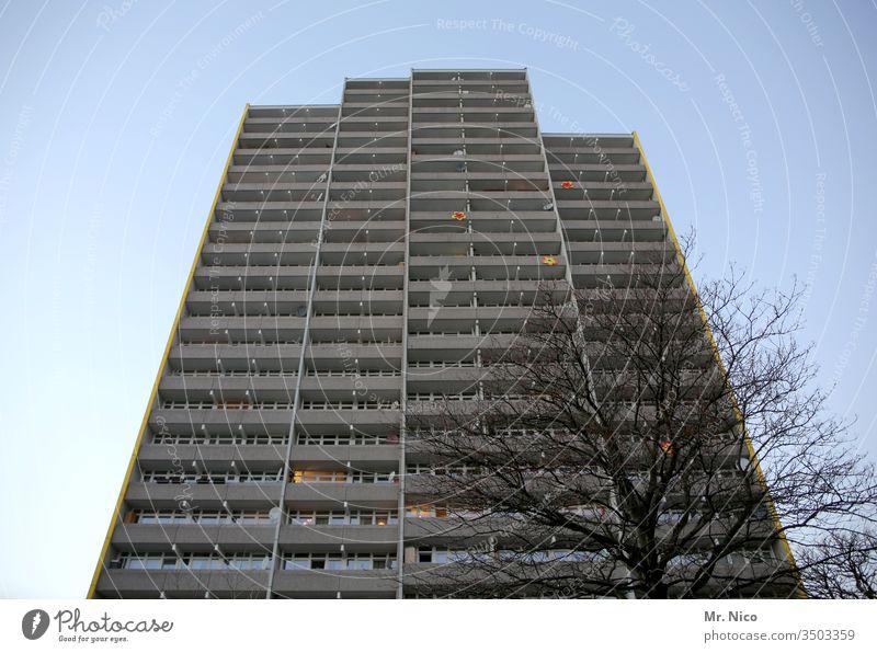 Baum Haus Hochhaus Architektur Stadt Wolkenkratzer Gebäude Himmel Menschenleer hoch Fassade Bauwerk Fenster Froschperspektive Stadtzentrum Perspektive Balkon
