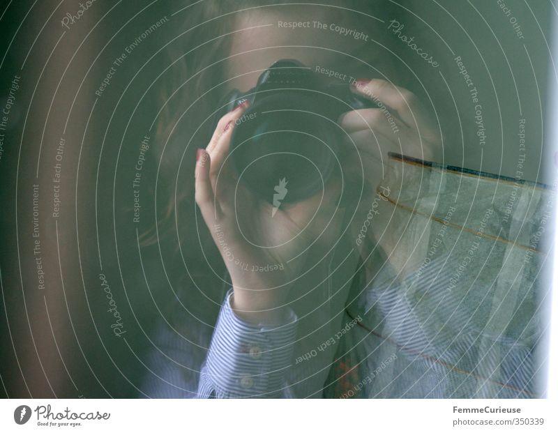 Anvisiert. feminin Junge Frau Jugendliche Erwachsene Kopf 1 Mensch 18-30 Jahre Kommunizieren Fotokamera festhalten zielen Hand einstellen drehen Durchblick