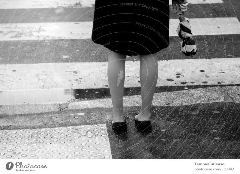 Rainy Mensch Frau Jugendliche Stadt Wasser Junge Frau schwarz 18-30 Jahre Erwachsene Straße feminin Beine Regen trist warten stehen
