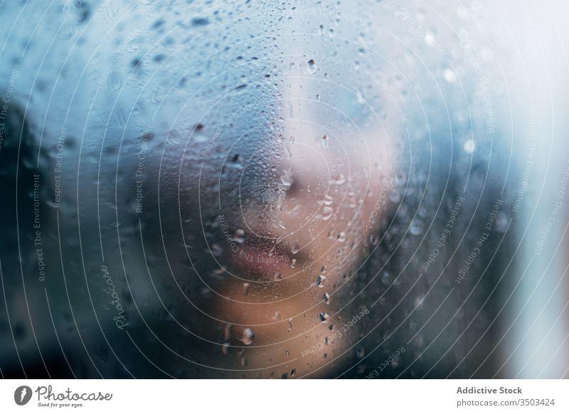 Nicht erkennbare Person hinter nassem Glas stehend traurig Depression Isolation Melancholie Einsamkeit unglücklich Stress verärgert einsam Regen Coronavirus