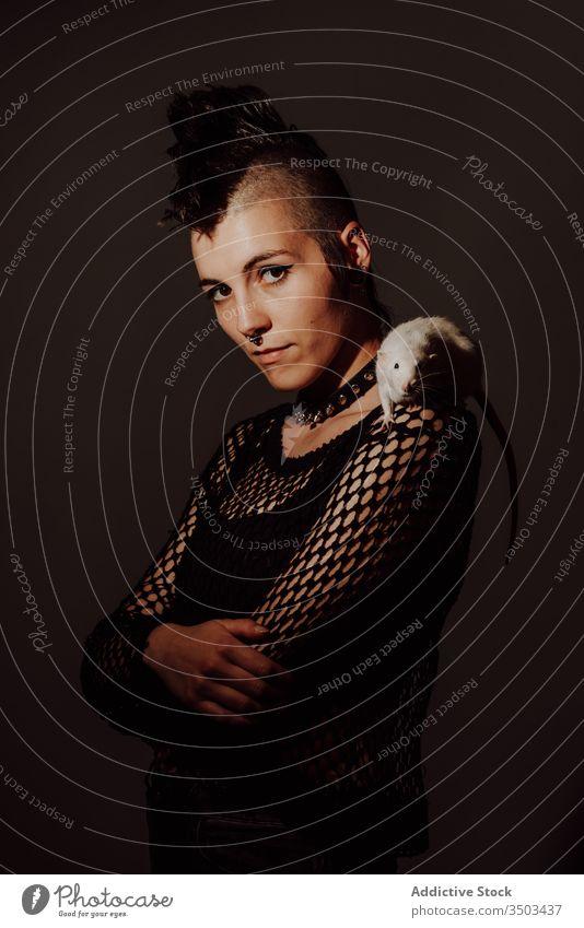 Weiblicher Punk mit Ratte auf der Schulter Frau Stil selbstbewusst Haustier Subkultur modern auflehnen mohawk Vorschein dunkel Model Piercing Individualität