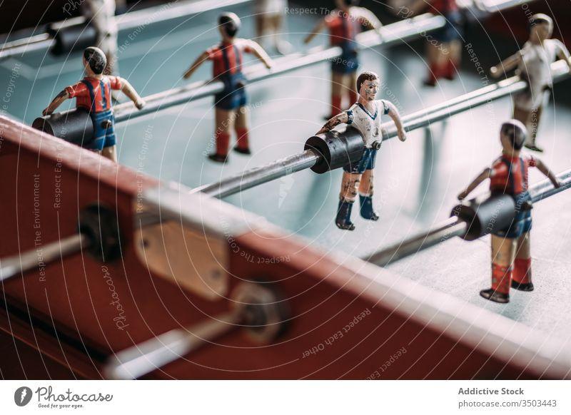 Tischfussballspiel mit Spielern Fußball retro Erholung Sport spielen Figur kicker alt Kicker Streichholz Team farbenfroh Feld attackieren weitergeben