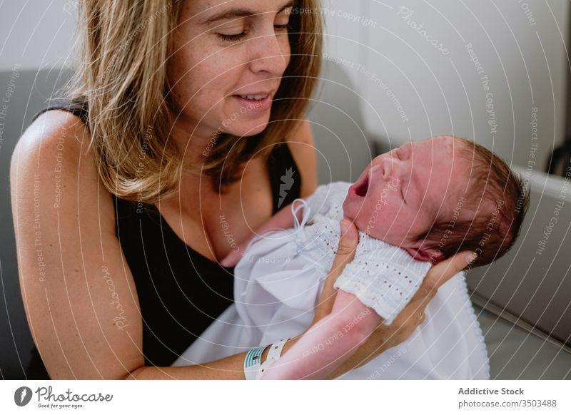Glückliche Mutter mit Neugeborenem Kind neugeboren Frau Baby Pflege Zusammensein Liebe Lächeln Eltern bezaubernd Kindheit unschuldig Säugling Sofa Mutterschaft