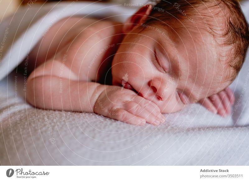 Süßes Neugeborenes schläft zu Hause in einem weichen Bett neugeboren sich[Akk] entspannen Baby Kind Säugling Windstille unschuldig ruhen wenig friedlich