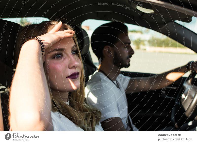 Junges Paar genießt Autoreise PKW Ausflug Zusammensein genießen jung Sommer reisen sich[Akk] entspannen Reise Urlaub Freund Freundin Partnerschaft sorgenfrei