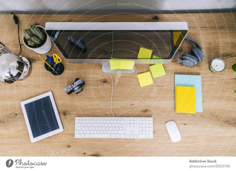 Moderner kreativer Heimarbeitsplatz mit Computer Tisch Schreibtisch modern Arbeitsplatz Technik & Technologie Keyboard hoch oben Business Büro Telefon stylisch