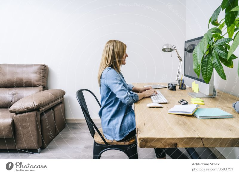 Blonde Frau arbeitet zu Hause Arbeit Schreibtisch heimwärts jung Computer Mitteilung Geschäftsfrau Business im Innenbereich klug arbeiten Tisch Laptop Desktop