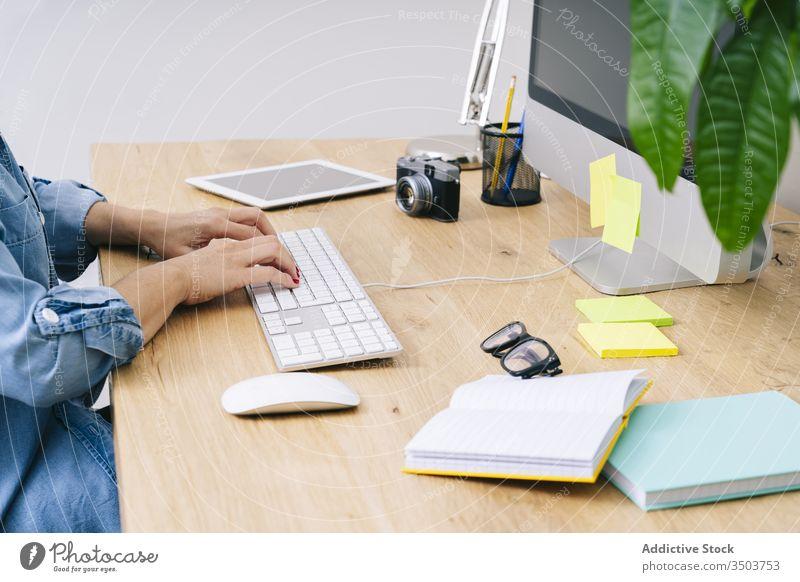Anonyme Frau, die zu Hause arbeitet Arbeit Schreibtisch heimwärts jung Computer Mitteilung Geschäftsfrau Business im Innenbereich klug arbeiten Tisch Laptop