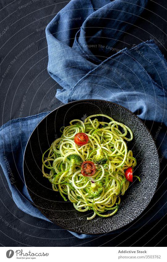 Hausgemachte Zucchini-Spaghetti mit Pestosauce, Brokkoli und Kirschtomaten Saucen Teller organisch Gesundheit grün Vegetarier roh Spirale Diät Ackerbau