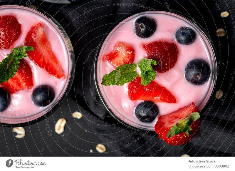 hausgemachter Joghurt mit Erdbeeren, Heidelbeeren und Müsli mit Frühstück Lebensmittel Dessert Gesundheit Blaubeeren Früchte Beeren gesunde Ernährung