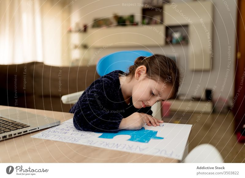 Mädchen zeichnet Poster zu Hause zeichnen Plakat heimwärts kreativ Hausaufgabe Fokus Tisch sitzen Raum gemütlich Kind Transparente wenig Gerät Apparatur Kunst