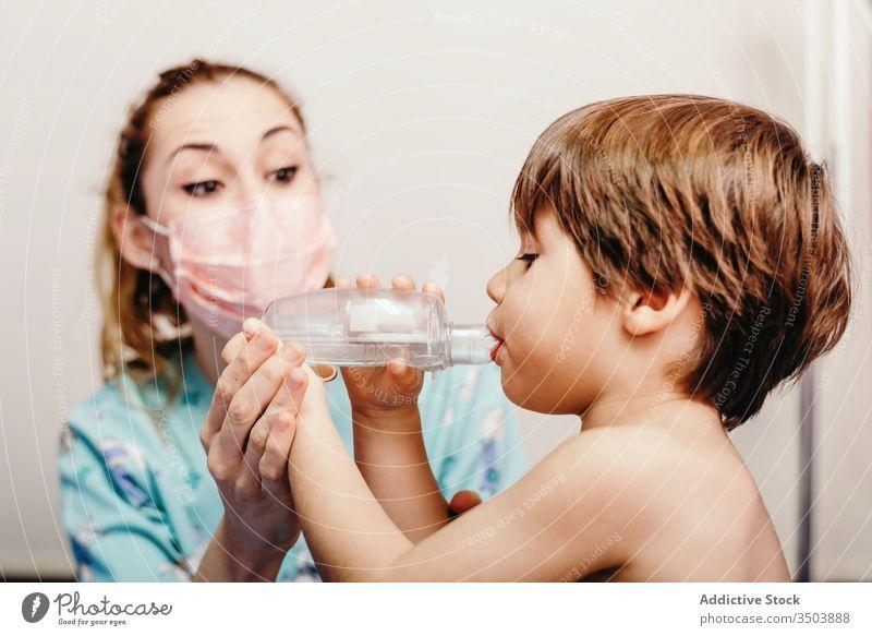 Kleines Kind benutzt Inhalator in der Klinik während der Untersuchung inhalieren Atmung krank Leckerbissen Atemwegserkrankungen Medizin medizinisch Arzt