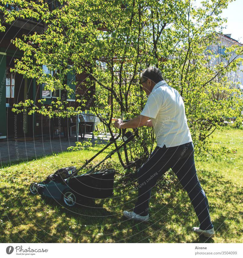 Wenn Männer mit dem Mäher rasen Rasenmäher Garten Wiese Rasenfläche Gartenarbeit Gartengerät sportlich Sommer Frühling grün Natur Wachstum ordentlich Arbeit