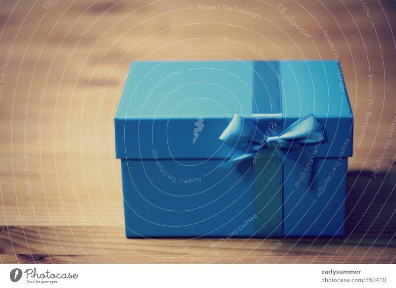 blaue Geschenkbox auf Holztisch Stil Glück Tisch Feste & Feiern Valentinstag Muttertag Weihnachten & Advent Hochzeit Geburtstag Taufe Verpackung Paket Kasten