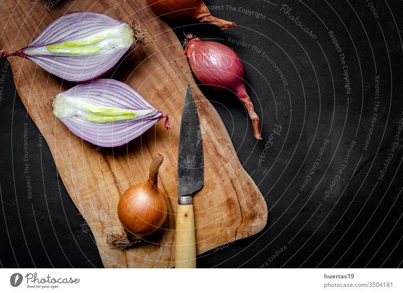 Frische rote und weiße Zwiebeln auf dunklem Hintergrund Lebensmittel Gemüse Bestandteil natürlich gesunde Ernährung frisch Vegetarier Veganer organisch