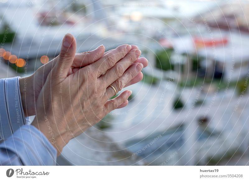die Hände der Frau auf dem Balkon, um dem medizinischen Personal für den Kampf gegen das Coronavirus zu applaudieren covid-19 Klatschen Wertschätzung Fenster