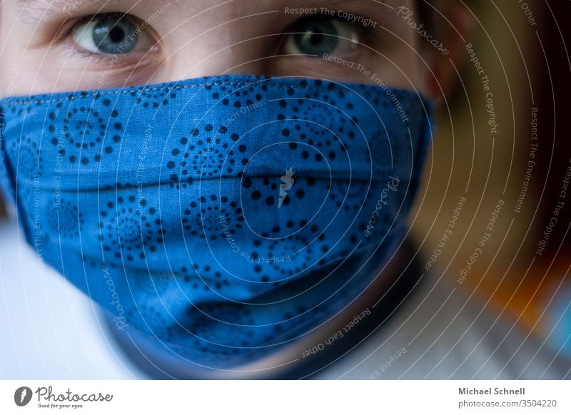 Junge mit Maskenschutz (Mund- und Nasenschutz gegen Viren / Corona) coronavirus Corona-Virus Krankheit Gesundheit Infektionsgefahr Prävention Schutz COVID