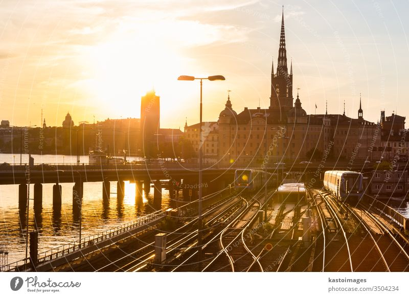 Eisenbahnschienen und Züge in Stockholm, Schweden. Zug Verkehr im Freien alt reisen Tourismus Europa Stadt Großstadt Skyline Stadtbild Sonnenuntergang
