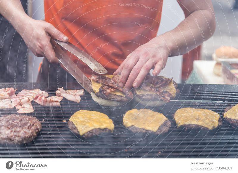 Rindfleischburger bereit zum Servieren am Imbissstand. Burger Lebensmittel Verkaufswagen Hamburger Straße Straßenessen Brötchen schnell Fleisch Snack im Freien