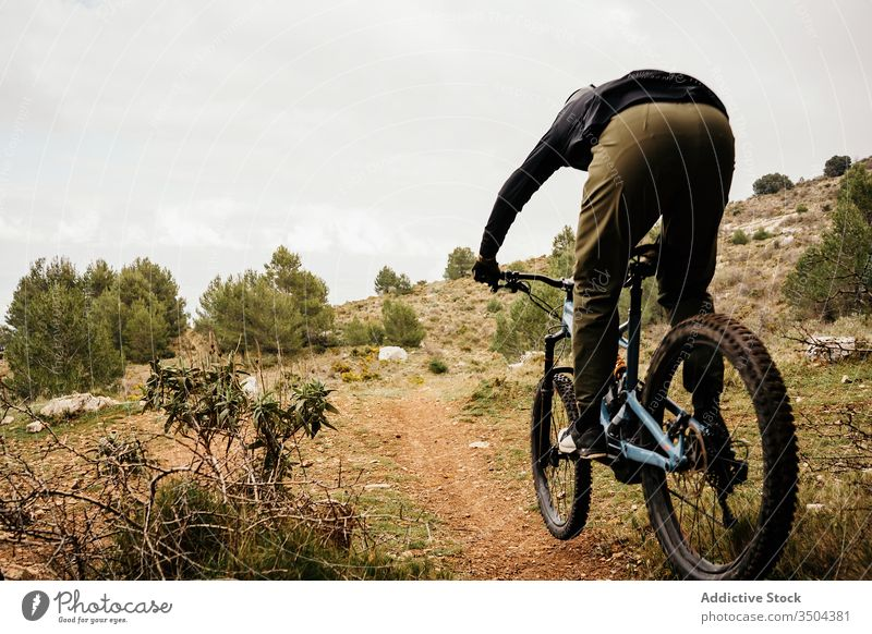 Radfahrer auf felsigem Waldweg Mann Fahrrad Mitfahrgelegenheit Weg Felsen Baum reisen Schutzhelm männlich Ausflug Reise Aktivität Erholung Route Fahrzeug