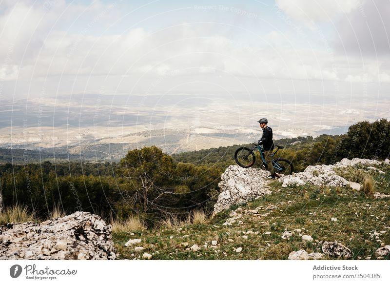 Radfahrer auf felsigem Waldweg Mann Fahrrad Mitfahrgelegenheit Weg Felsen Baum reisen Schutzhelm Ausflug Reise Aktivität Erholung Route Fahrzeug Verkehr