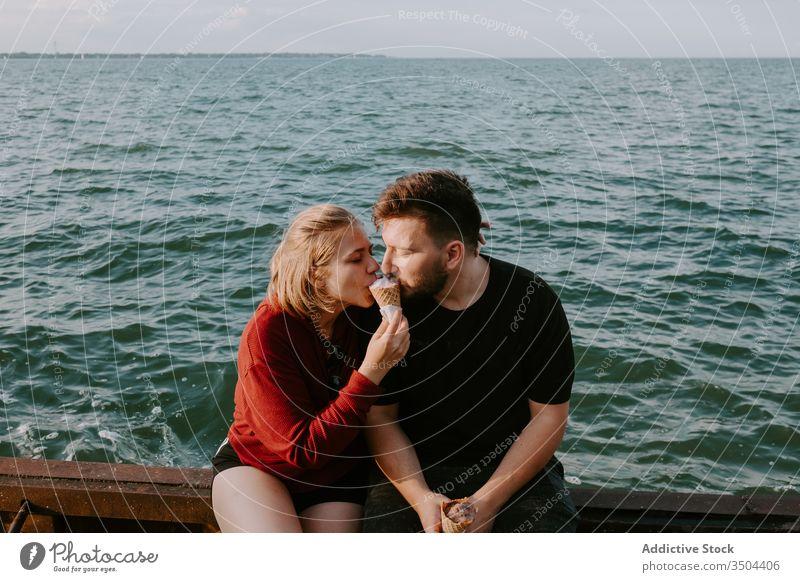 Liebespaar isst gemeinsam Eiscreme Paar MEER Speiseeis Zusammensein romantisch essen genießen Partnerschaft ruhen Feiertag Glück jung lässig Sommer Urlaub