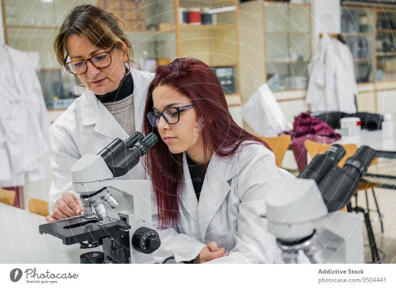 Wissenschaftlerinnen mit Mikroskopen im Labor Frauen untersuchen Arbeit Kollege Zelle professionell forschen Job Kompetenz Gerät Beruf modern Analyse Experiment