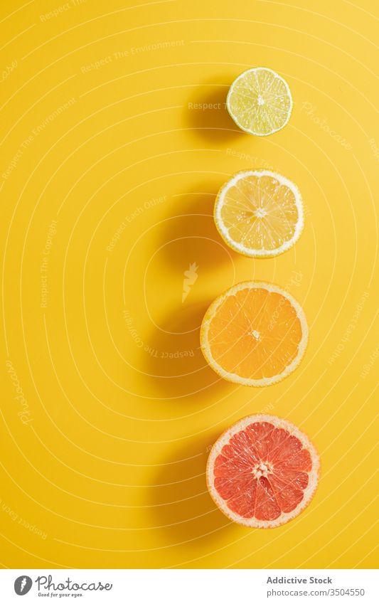 Zusammensetzung von geschnittenen Zitrusfrüchten auf dem Holztisch Hälfte Vitamin C Linie Konzept reif sortiert schwarz farbenfroh Frucht frisch Gesundheit