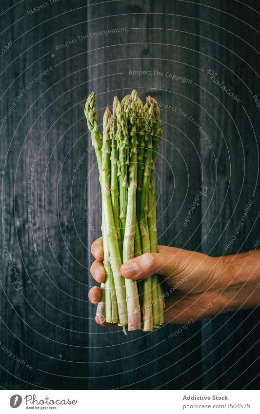 Erntehelfer mit einem Bündel frischem Spargel Person Gesundheit grün Diät zeigen Wand Blatt hölzern organisch Vegetarier Vitamin Nutzholz schwarz Holz