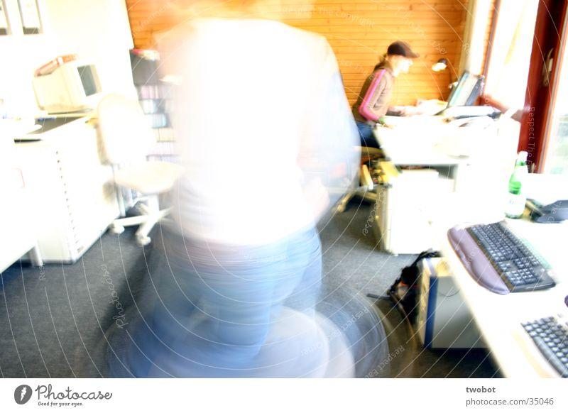 uuuuuh, let's twist again weiß blau gelb Arbeit & Erwerbstätigkeit Büro Holz orange Jeanshose trashig drehen Arbeitsplatz Momentaufnahme Überbelichtung