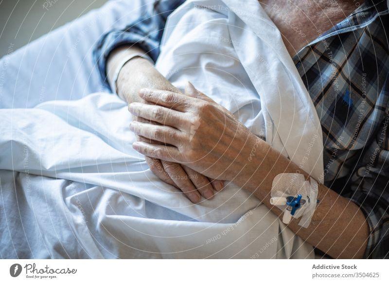 Älterer Mann mit Katheter in der Hand schläft im Bett geduldig intravenös Krankenhaus Klinik Medizin älter Krankheit Therapie Leckerbissen Diagnostik Kur Gerät