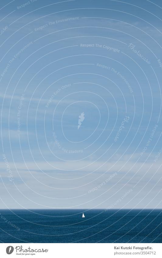 Segeln und Einsamkeit während Corona Covid-19 mit social distancing minimalistisch meer himmel ozean wasser blau cloud horizont sommer natur beach landschaft