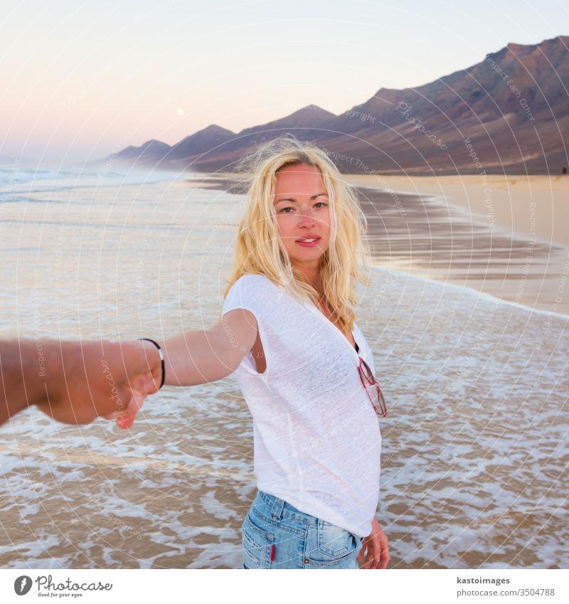 Romantisches Paar, das sich am Strand vergnügt. Sommer Romantik Frau Liebe Partnerschaft Mädchen Urlaub aktiv Glück Fröhlichkeit jung Meer Liebespaar Menschen