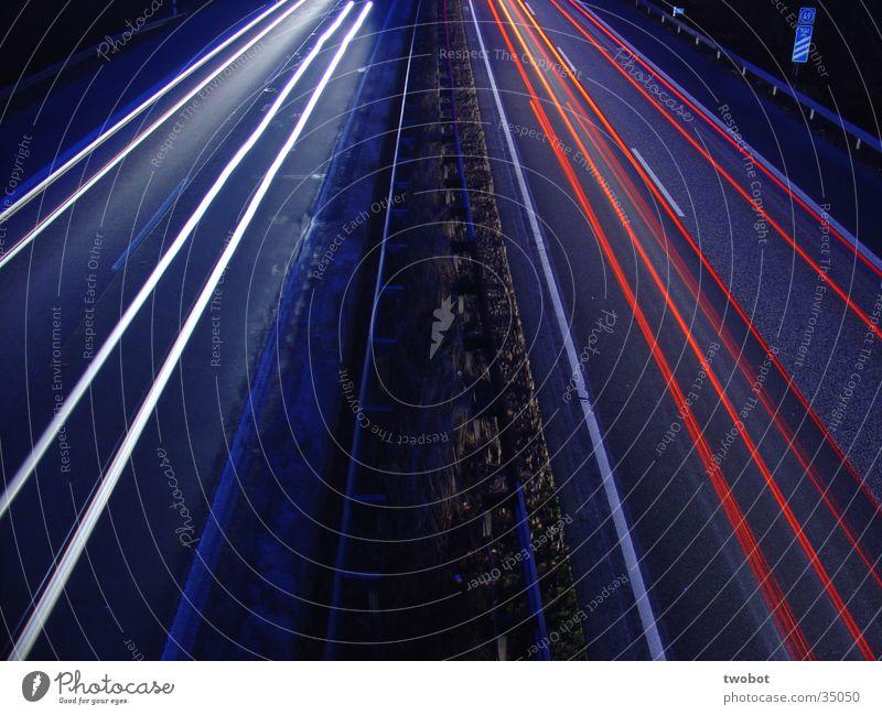 puls der zeit Langzeitbelichtung Geschwindigkeit Autobahn weiß rot Fahrbahn fahren Zeit Vergänglichkeit langsam blau bläulich es rasen die zeiger der uhr