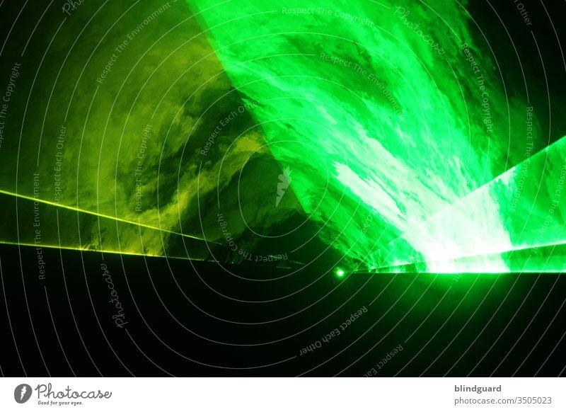 """TECHNOOOOOO ... Lasershow mit grünem und gelbem Licht im Nebel der Trockeneismaschine ... fällt dies' Jahr aus wegen """"is nich"""" - viele Grüße Covid 19 Party Tanz"""