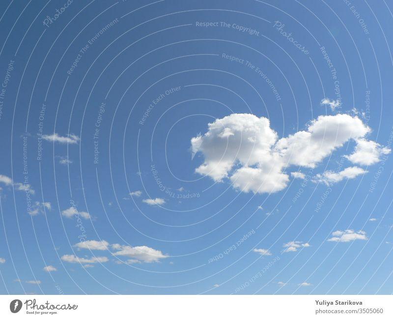 Wunderschöner blauer Himmel mit Wolkenhintergrund. Wolken am Himmel. Luft und flauschige Wolken am blauen Himmel an einem sonnigen Tag, Hintergrundtextur. Raum kopieren. Der Begriff der Hoffnung.